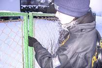 Chatová osada Zlenice. 12. ledna 7.45 spatří u chaty Pod  duby ve sněhu stopy. Policistka kontroluje zámek vrat. Teploměr ukazuje -19 °C