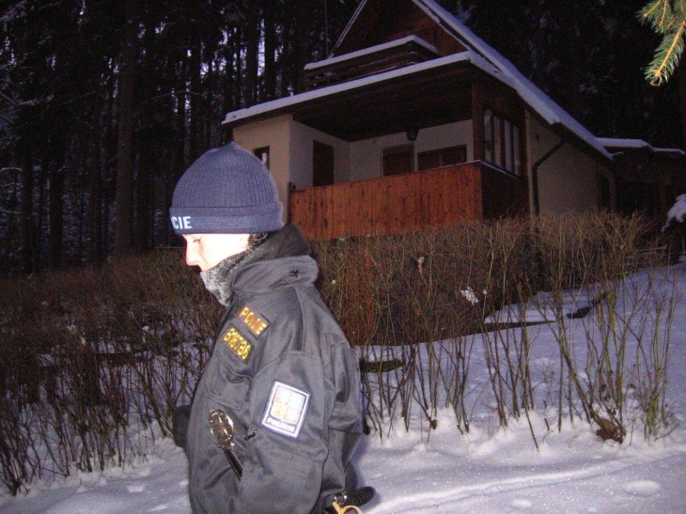 Chatová osada Zlenice. 12. ledna 7.40 hlídka přichází na konec osady a vrací se další uličkou zpět