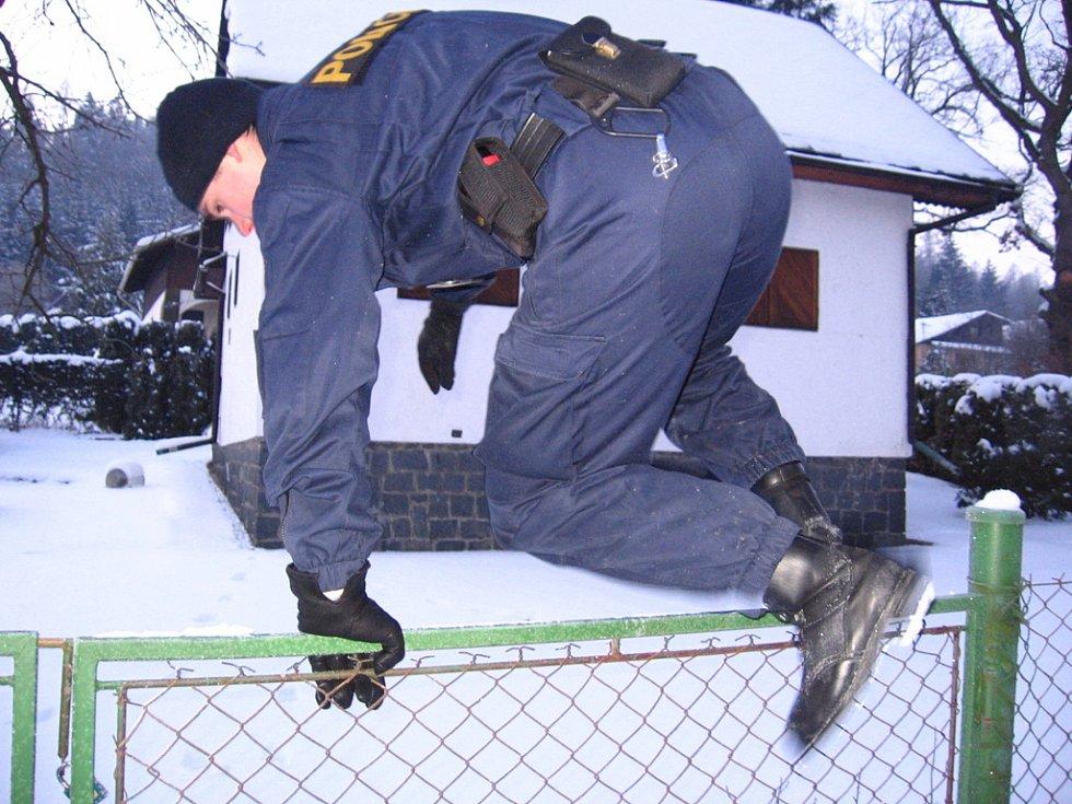 Chatová osada Zlenice. 12. ledna 7.45 spatří u chaty Pod  duby ve sněhu stopy. Policista prověřuje, zda nejsou u objektu narušené dveře a okna
