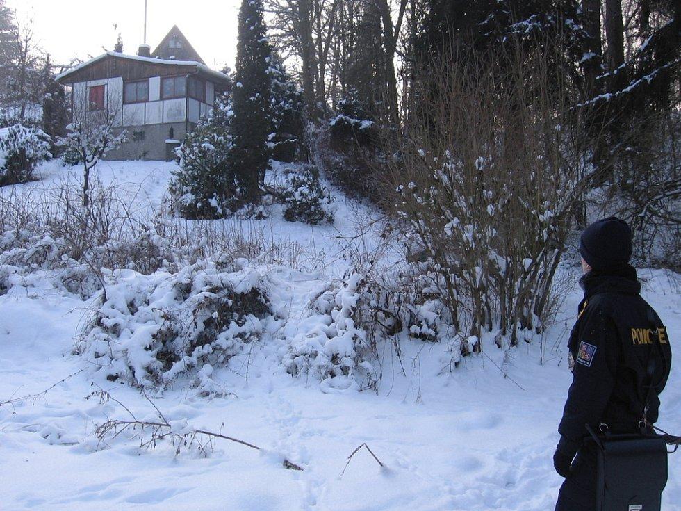Osada Borka. 12. ledna 10.38, hlídka prochází kolem chat a míří do údolí