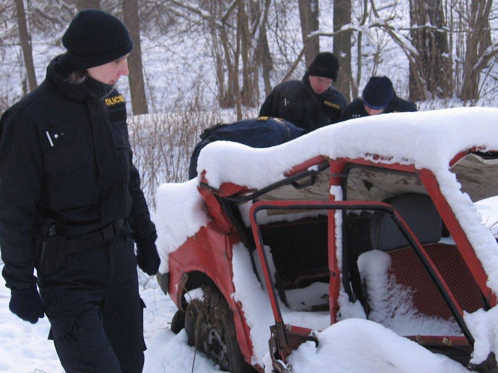 Cesta ke Lštění. 12. ledna 10.56, policisté obhlíží nabouraný vrak škodovky