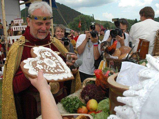PODSTATNĚ SKROMNĚJŠÍ než loni má být letos Královský průvod z Prahy na Karlštejn. Ale uskuteční se i přes nepřízeň představitelů krajského hejtmanství
