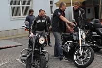 Motocykl Harley Davidson si mohl zdarma vyzkoušet každý, kdo přišel v sobotu na parkoviště u benešovského OD Hvězda.