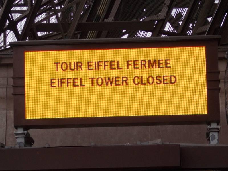 Oznámení, že Eiffelova věž je nepřístupná.