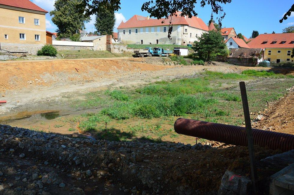 Rekonstrukce Pivovarského rybníka jde do finále, i když stavební povolení má akce až do května příštího roku. Snímek zachycuje situaci 3. září 2021.