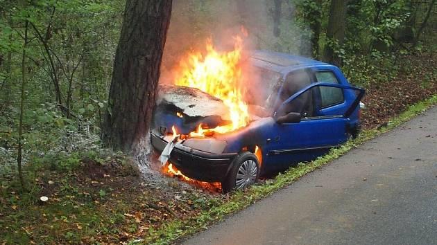 Devadesátiletý řidič sjel do lesa a jeho Peugeot začal hořet.