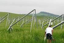 Montáž konstrukcí k solárním panelům už probíhá, samotné panely by se měly začít objevovat po víkendu