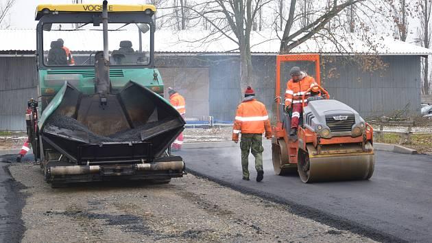 Oprava a úprava cest a parkoviště v benešovské nemocnici.