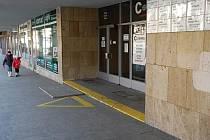 Vchod do polikliniky na Malém náměstí.
