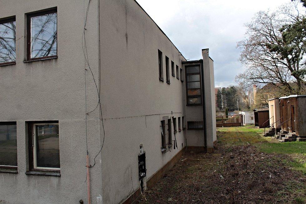 Opuštěné antukové kurty na volejbal v Benešově nahradí nové kryté sportoviště pro vedlejší ZŠ Dukelská. Objekt bývalé geodézie (na snímku) půjde k zemi a nahradí ho nová družina. Všechny tři stavby budou pak propojené krytým krčkem.
