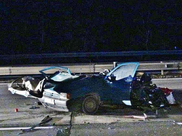 Devětapadesátiletý spolucestující na sedadle vedle řidiče zemřel. Ostatní čtyři jsou zranění.