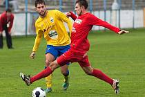 Benešovský Marek Večera (ve žlutém) odehrává míč před dotírajícím Jakubem Urbancem z Převýšova.