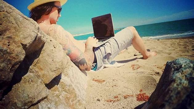 Libor Podmol si při tréninku ve Španělsku nakopnul koleno, a tak místo zkoušení triků a přípravy na závody relaxoval na pláži.