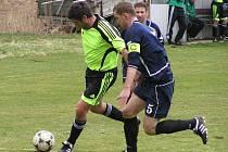 Maršovický Martin Pauer (v zeleném) byl přísně střežen kapitánem Nespek Miroslavem Pavlíkem.