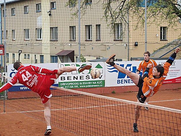 Šacung doma prohrál s Karlovými Vary 4:6. Domácí Kačírek (vpravo) smečuje přes blok hostujícího Blahy.