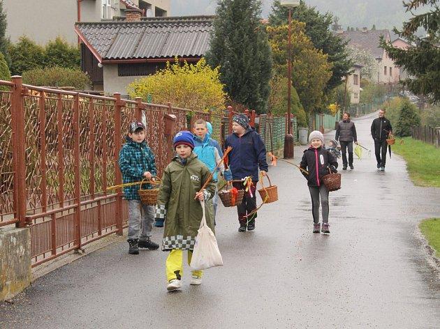Koledníci jako každý rok vyšli do ulic již brzy ráno, aby během Velikonočního pondělí obešli co nejvíce obyvatel z Louňovic pod Blaníkem.
