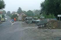 Na začátku Votic u odbočky do Srbice na okrajích silnice stále pracují stavbaři, kteří dodělávají autobusové zastávky a dokončují terénní úpravy krajnice.