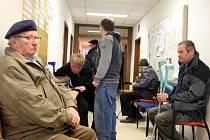 Úřady práce České republiky se snažily vyplácet dávky v co nejkratších termínech. Například na Benešovsku se jim to dařilo jen s několikadenním zpožděním.