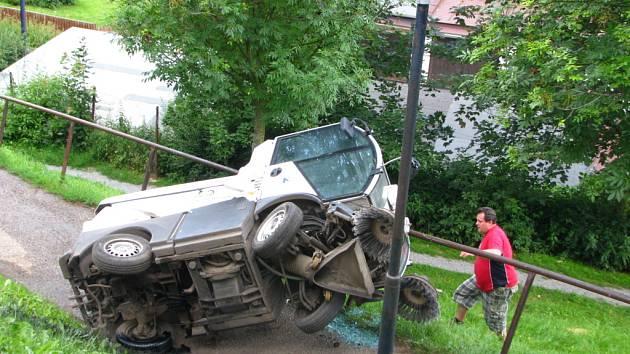 Převrácené auto pod hotelem Karlov.
