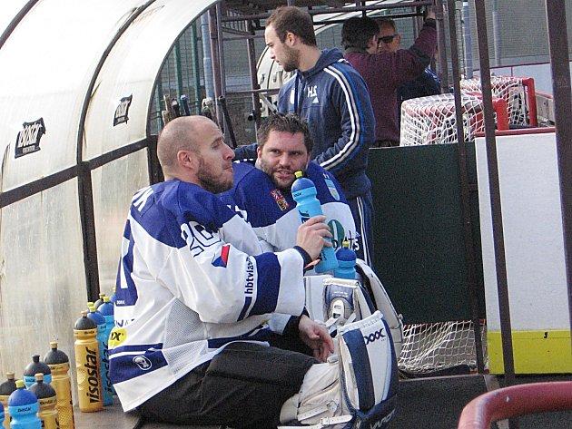 Brankáři, Michalové, Straka (vzadu) a Šupík, si navzájem fandí a drží vlašimské hokejbalisty na prvním místě.