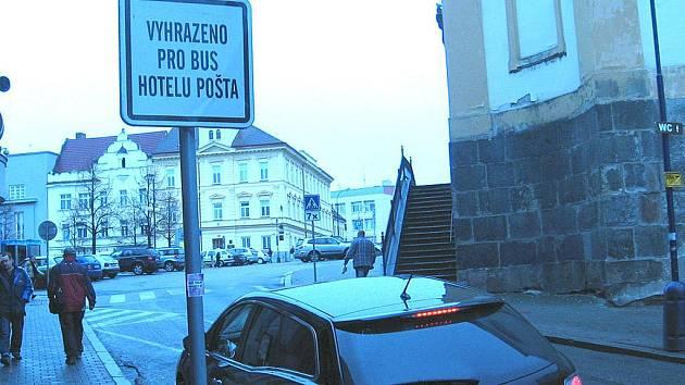 Řidič v pondělí 18. 10 v 8.45 zaparkoval na stání pro invalidy.