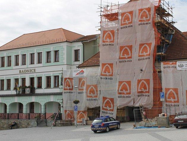 Oprava fasády staré radnice ve Voticích.