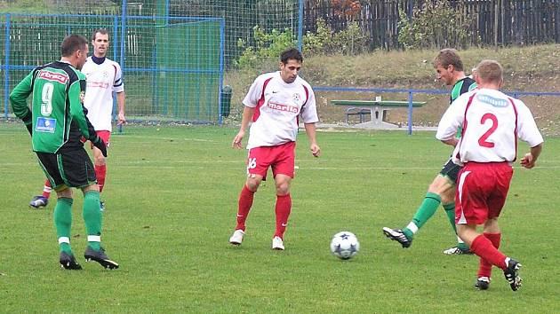 Votičtí Luděk Bareš (č. 2) a Martin Horváth sledují rozehrávku Příbrami.