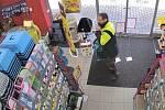 Policisté pátrají po muži podezřelém z toho, že si odnesl z obchodu čtečku kódů.