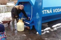 Bez vody se nedá žít. Když dojde ve studních, pomůže dodávka z Vodohospodářské společnosti Benešov. I za to se ale platí.