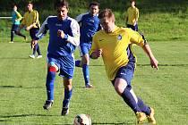 Jankovský kapitán Petr Skála (vlevo) se snaží dohnat střídajícího divišovského Milana Cacáka.