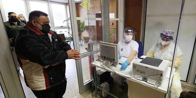 Dobrovolné a bezplatné testování na koronavirus pomocí antigenních testů. Ilustrační foto.