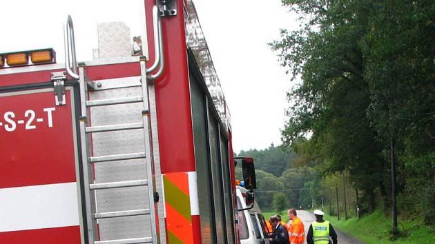 Kvůli úniku provozních kapalin z havarovaného vozu do Benešovského potoku k nehodě mezi Benešovem a Bedrčí v sobotu ve 22.40 vyjížděli profesionální hasiči.