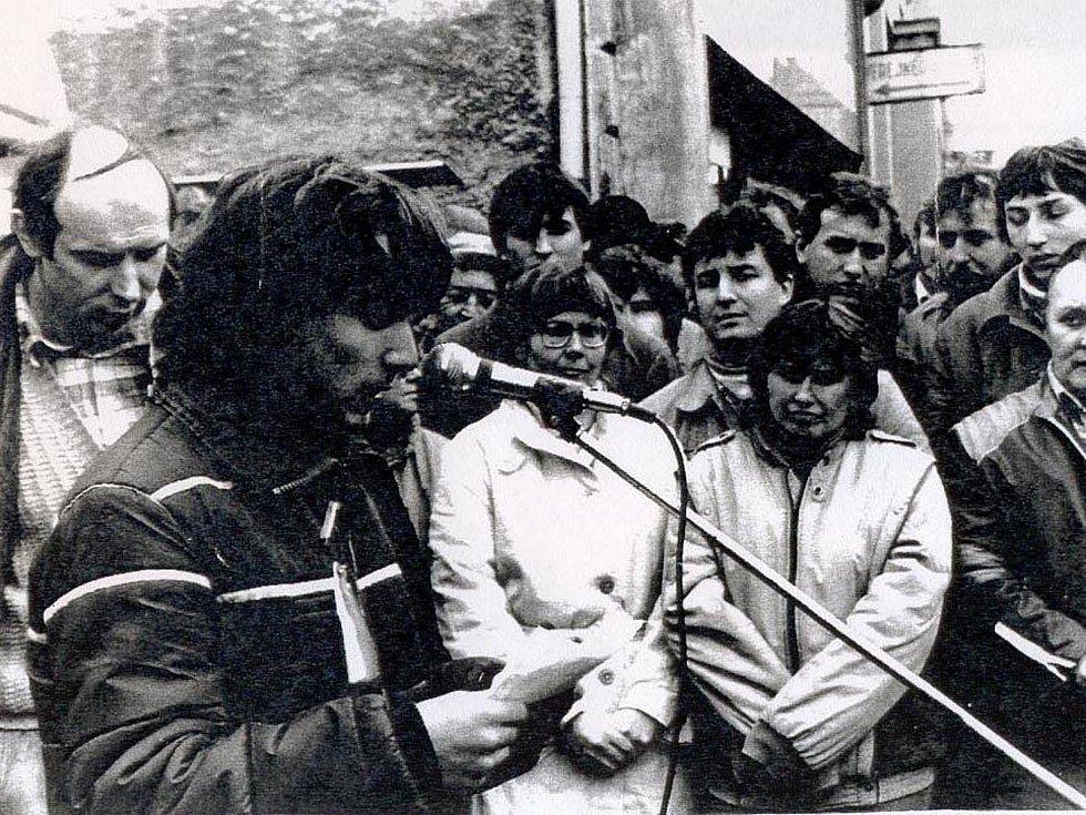 Generální stávka 27. listopadu 1989 na Vítězném náměstí v Benešově. Projev studentů.