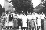 Sraz třídy pravděpodobně dekádu po ukončení Základní školy v Týnci nad Sázavou. Takto se žáci ročníku 1959 s kantory nechali vyfotit u Kulturního domu Metaz v roce 1984.