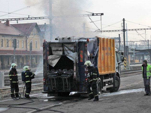 Požár vozu pro svoz komunálního odpadu zřejmě způsobil žhavý popel, který někdo z obyvatel Pomněnic vysypal do popelnice.