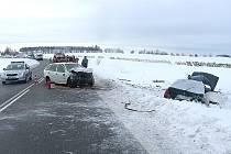 Dopravní nehoda se stala 4. února v 7.40. Felicie s jihočeskou registrační značkou po nárazu skončila v poli.