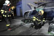 Požár osobního automobilu v autoservisu v Čestlicích v okrese Praha-východ.