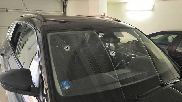 Střelba na vozidlo.