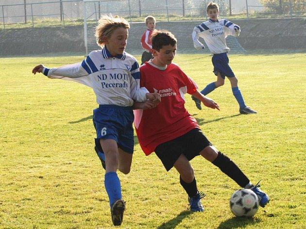 V zápase starších žáků si Vlašim smlsla na Týnci. Hostující Pavel Gregor si kryje míč před domácím Lukášem Kroupou