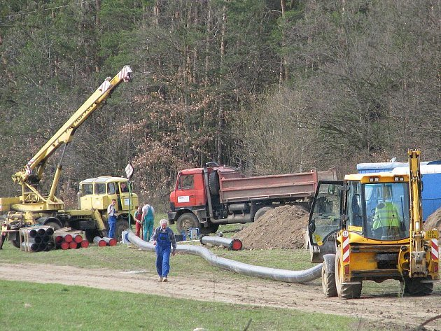 Výstavba vodovodu v týnecké lokalitě Na Hlinkách v roce 2008.