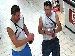 Podobu dvou podezřelých mužů zachytily kamery. Poznáváte je?