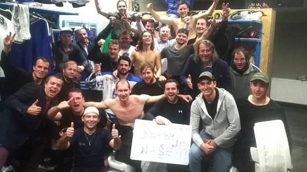 Nadšený tým Vlašimi slaví obrat v derby s Benešovem.
