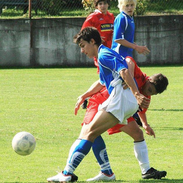 Těsný souboj předvedli v okresním derby na pyšelském hřišti benešovský Šimeček (v modrém) s teplýšovickým Benešem.