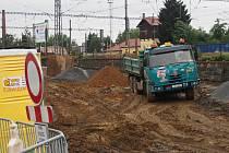 Stavba okružní křižovatky u sokolovny na spojnici Nádražní a Tyršovy ulice v Benešově.