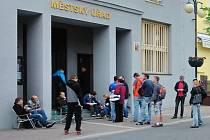 Fronta na registr řidičů a motorových vozidel v Benešově.