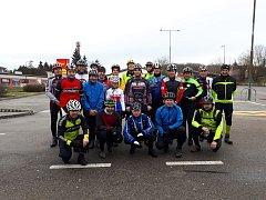 Početná skupina cyklistů při novoroční vyjížďce na Nový rok 2018.