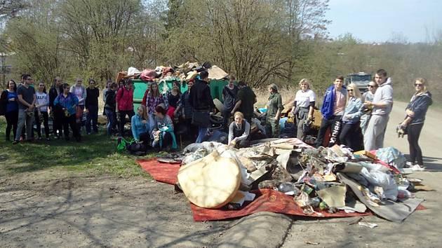 Studenti ze Střední odborné školy a Střední zdravotnické školy v Černoleské ulici zaplnili nasbíraným odpadem několik kontejnerů.