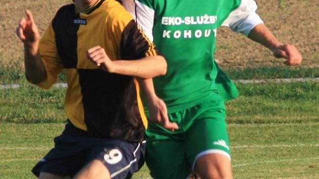 Souboj Tomášů, nepeckého útočníka Rosenvalda (v modročerném) a kondrackého obránce Kubína vyzněl po zápase jasně pro domácího hráče.