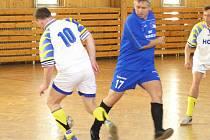 Okresní futsalové soutěže pokračovaly dalšími koly. V nejnižší třídě se střetly Chotýšany s Deratizací. Ani snaživý výkon Miroslava Kohoutka staršího nepomohl Deratizaci od porážky 3:9.
