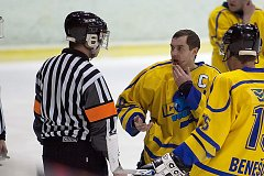 Kapitán Benešova Lukáš Holánek ukazuje hlavnímu rozhodčímu Doubkovi krvavé zranění v obličeji.